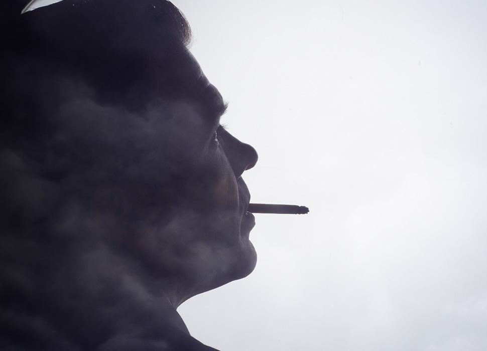 喫煙する男性のシルエット